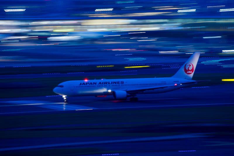 流し撮りの例 羽田空港JAL機【1/10秒、f8.0、ISO 800、256mm】